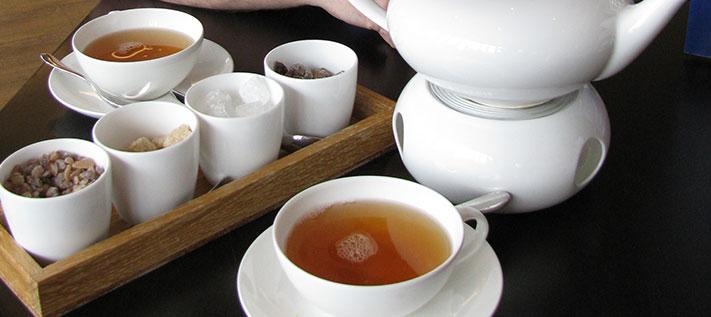 Teemythos: Kaffee macht einfach wacher als Tee