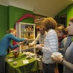 Julia Poetsch beim Teeausschank im Teeseminar