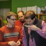Teilnehmer riechen die unterschiedlichen Teesorten