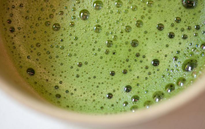 Matcha Tee, fertig aufgeschlagen, aus Japan