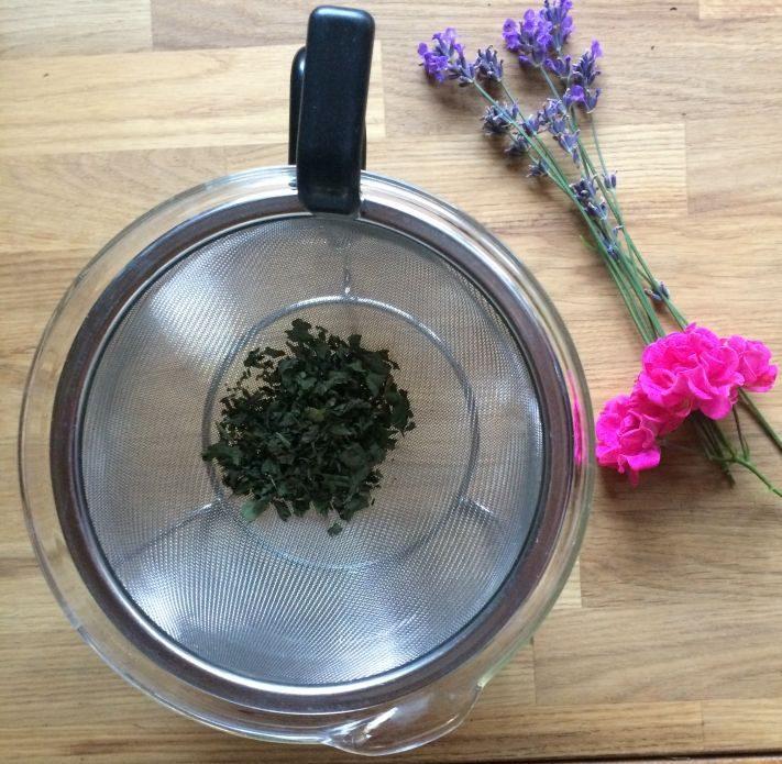 Glasteekanne von Mono mit großem Teesieb, in dem Tee sich gut entfalten kann.