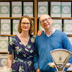 Der immer freundliche Ladenbesitzer und seine (Presse) -Frau/ Managerin von Evas Teeplantage