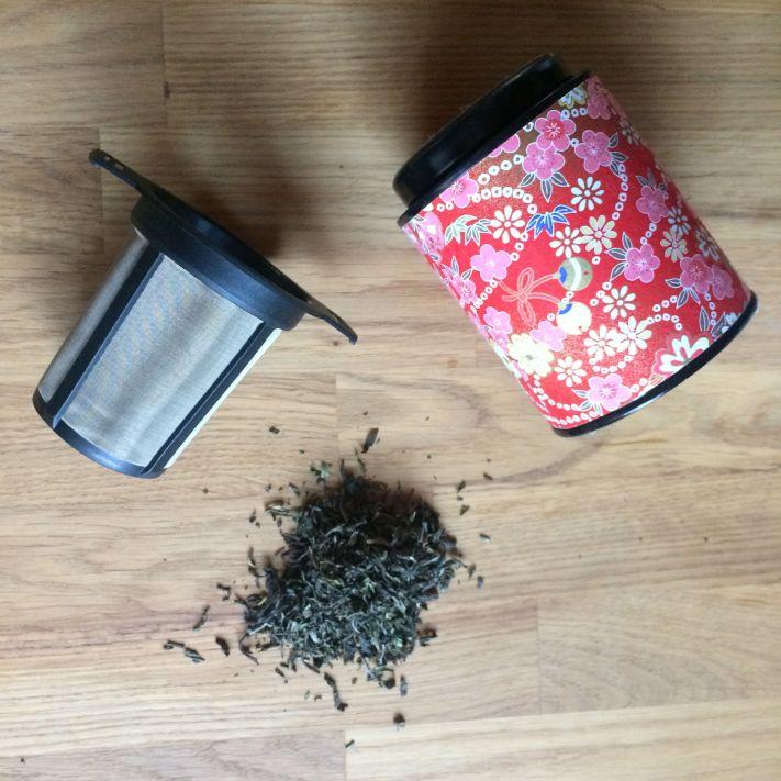 Aufguss von Tee mit Tee-Dauerfilter aus Kunststoff oder einem Geschisch aus Metall und Kunststoff