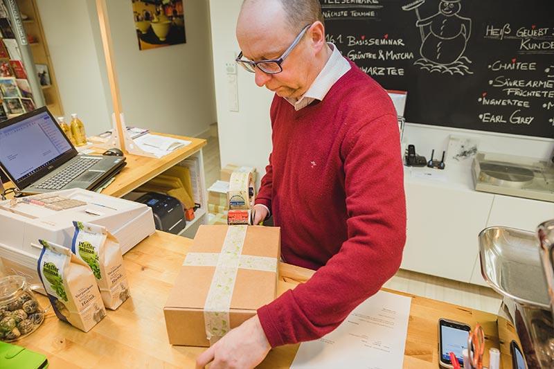 Alexander klebt die Pakete sorgfältig zu mit Papierklebeband