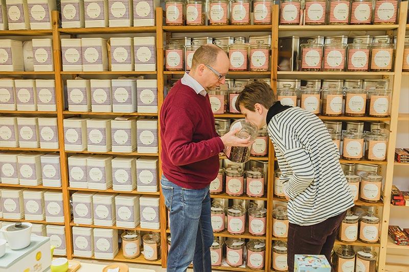 Bei uns dürfen Kunden gerne an den verschiedenen Teesorten schnuppern