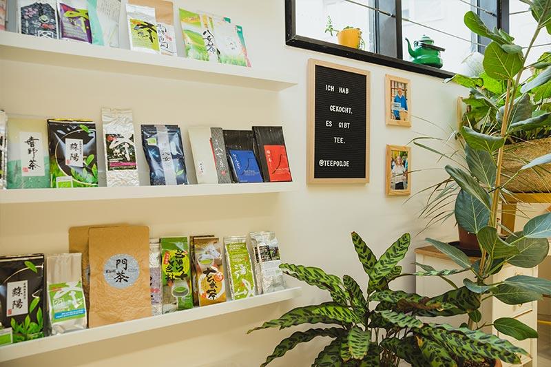 Buchauswahl im Teeladen