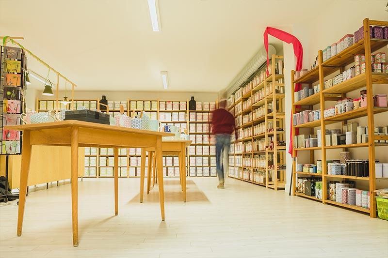 Inhaber Alexander Poetsch findet die richtigen Teesorten für seine Kunden